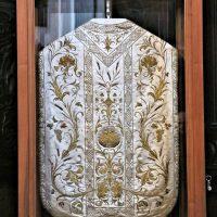 La vetrinetta nella quale è sistemato il paramento, collocata in sacrestia