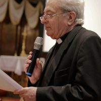 Il rettore, Mons. Mario Piccinelli accoglie e saluta i presenti