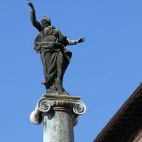 Statua della Madonna su colonna sul sagrato