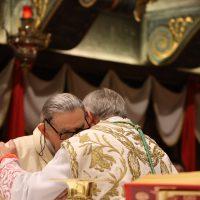 Scambio di pace tra Mons. Pierantonio e il Vescovo ausiliare emerito