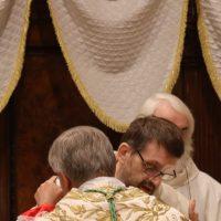 Scambio di pace tra il Vescovo e un sacerdote