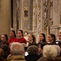 Alcune coriste tra il pubblico nella navata