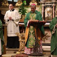 Al centro il Vescovo Pierantonio, alla sua destra il Rettore Don Claudio Zanardini, alla sua sinistra l'ex Rettore Mons. Mario Piccinelli