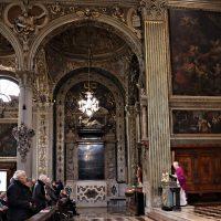 Il celebrante, don Giuseppe Piccoli, legge il Vangelo
