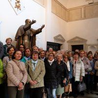 Foto di gruppo davanti alla statua di San Paolo VI