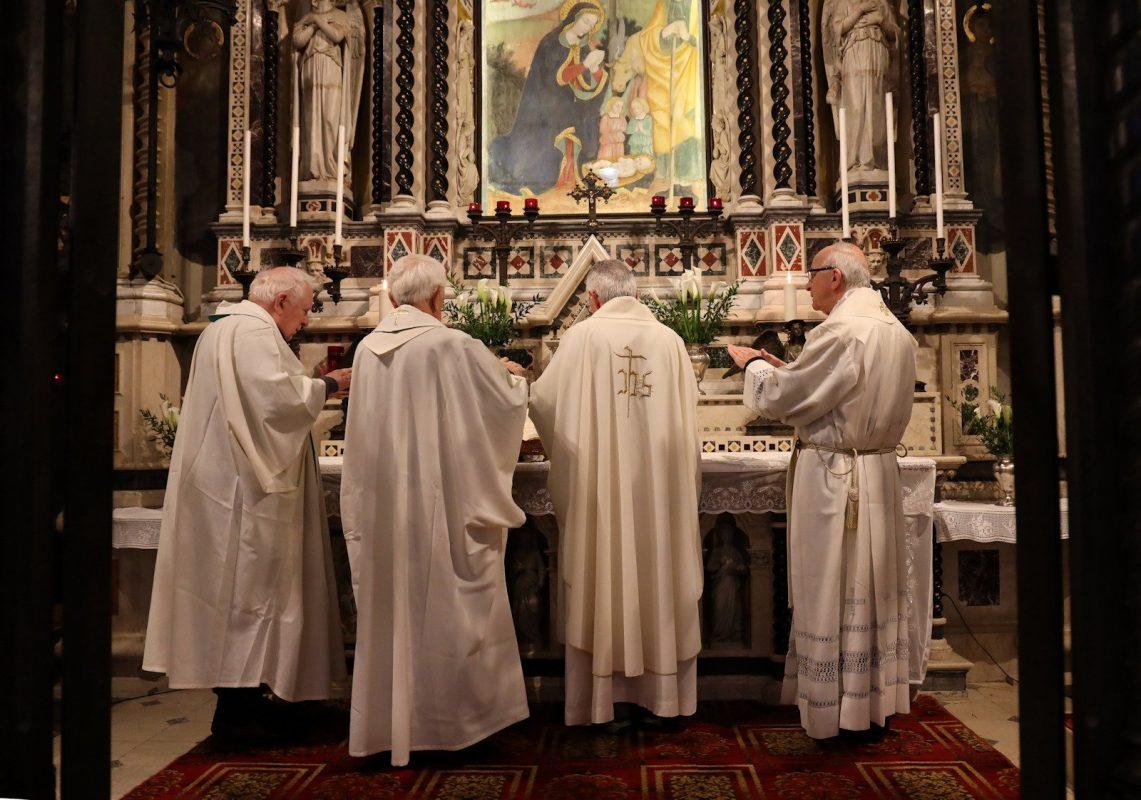 Al centro Mons. Gianfranco Mascher, alla sua destra Mons. Cesare Polvara (Provicario Generale) e alla sua sinistra Mons. Mario Piccinelli (Rettore del Santuario)