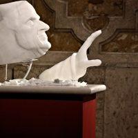 Il volto di San Paolo VI e la sua mano accogliente
