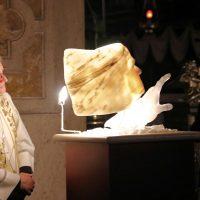 La luce attraversa il sottile strato di marmo di Carrara