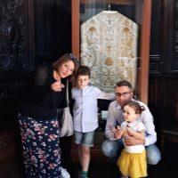 La famiglia di Amanda davanti alla pianeta della prima Messa di Giovanni Battista Montini