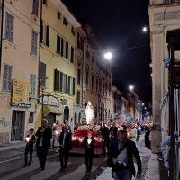 La processione mariana si avvicina alla Basilica delle Grazie
