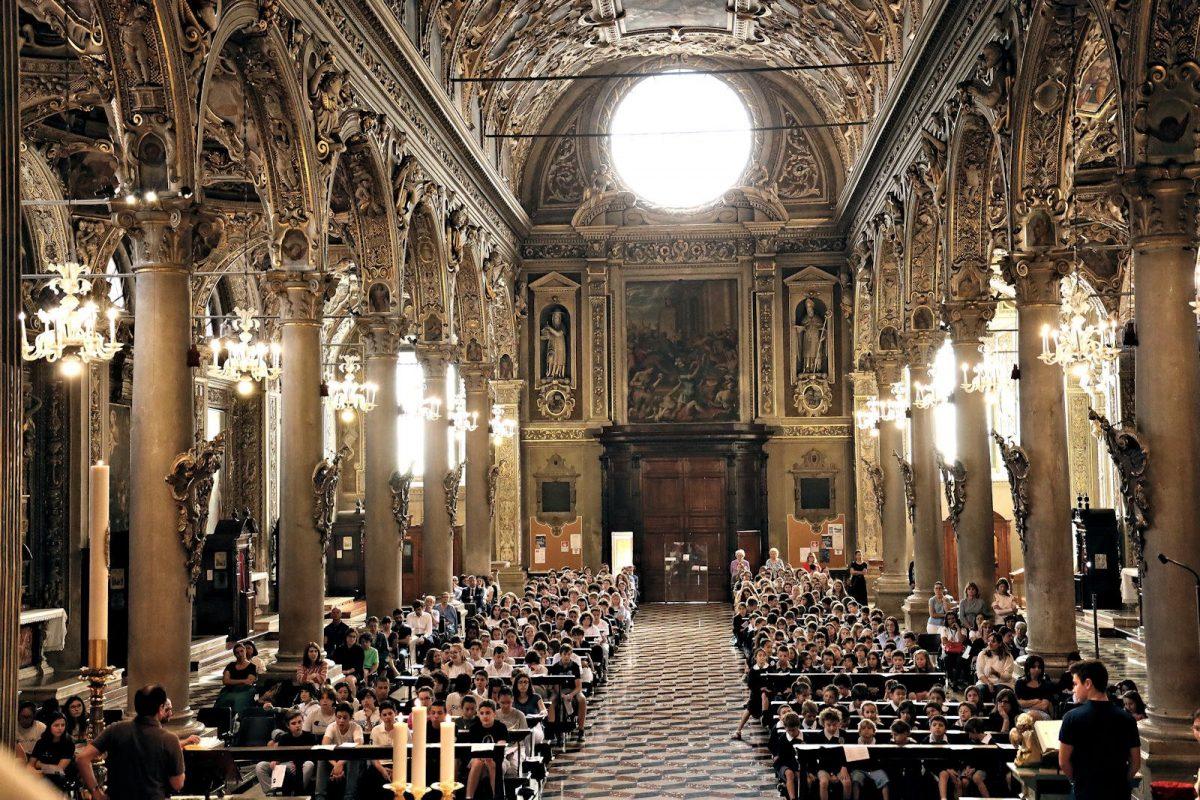 Scambio di pace tra il Vescovo Ordinario Luciano e il Vescovo Ausiliare Emerito Vigilio Mario