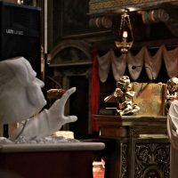 Il Rettore spega il significato della scultura che rappresenta il volto e la mano di San Paolo VI