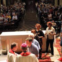 Il Vescovo accende i ceri