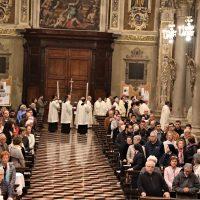 Il Vescovo con i concelebranti onorano la reliquia di San Paolo VI