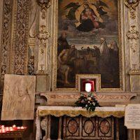 L'altare nella Basilica con la reliquia di San Paolo VI