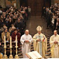 Il Vescovo Mons. Carlo Mazzza presiede la celebrazione.