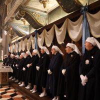 Le Dame che assistono i malati a Lourdes