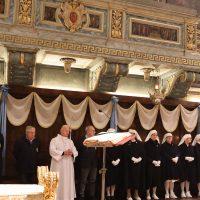 Dame e Barellieri che assistono i malati a Lourdes