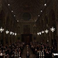 Canto dell'Ave Maria di Lourdes con le fiaccole accese