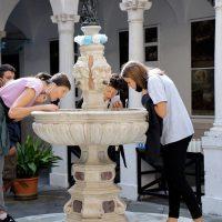 Presso la fontana con l'acqua benedetta da S. Carlo