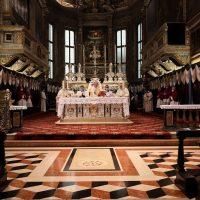 Un momento del Pontificale con la presenza del Sindaco di Brescia