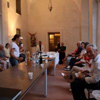 Il Vescovo saluta i membri del coro impegnato in un semplice rinfresco