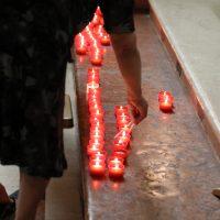 Il rito di accendere lumini, simboli di fede