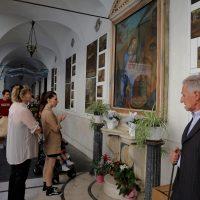 Devozione davanti all'Immagine Sacra posta nel chiostro