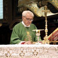 Mons. Mario Piccinelli celebra l'Eucaristia