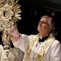Il Vescovo espone il SS. Sacramento