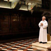 Don Giuseppe Piccoli, a nome dei sacerdoti e dei fedeli rivolge il saluto di benvenuto a don Claudio