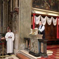 Il Rettore illustra l'opera esposta che rappresenta il volto e la mano di San Paolo VI