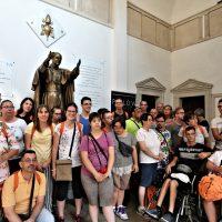 Foto di gruppo presso la statua di S. Paolo VI