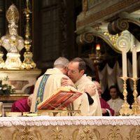 Scambio di pace tra il Vescovo e il Rettore del Santuario