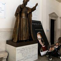 Presso la statua di S. Paolo VI