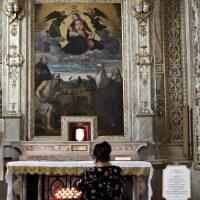 Presso la reliquia di S. Paolo VI