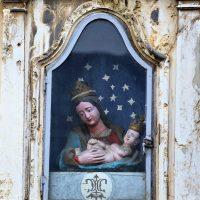 La piccola edicola con la Madonna e il Bambino Gesù, sulla facciata del palazzo di fronte alla Basilica