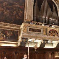 Organo e voci che sostengono il canto