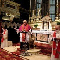 """Un momento della preghiera (a destra in primo piano: Mons. Ivo Panteghini, cappellano della """"Compagnia delle Sante Croci"""")"""
