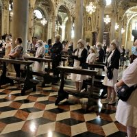 Dame e barellieri dell'Unitalsi e fedeli presenti alla celebrazione