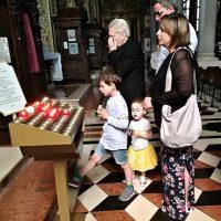 La famiglia presso l'altare con la reliquia del Beato Paolo VI