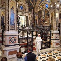 Il parroco di Roncone celebra l'Eucaristia