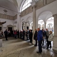 Nel chiostro presso la statua di San Paolo VI
