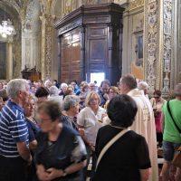 Don Carlo fa baciare la reliquia del Beato Paolo VI