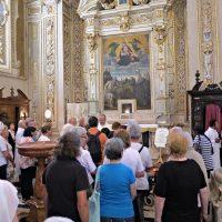 Presso l'altare con la reliquia del Beato paolo VI
