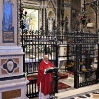 Don Giovanni durante l'omelia