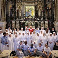 Foto di gruppo davanti all'Immagine Sacra