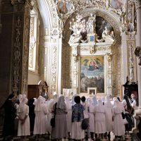 Presso l'altare ove è conservata la reliquia del Beato Paolo VI