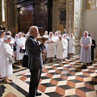 Preghiera presso l'altare ove è conservata la reliquia del Beato Paolo VI