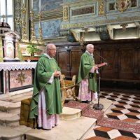 Presiede la Concelebrazione Mons. Mario Piccinelli, Rettore. Accanto a lui Mons. Gaetano Fontana, Vicario Generale